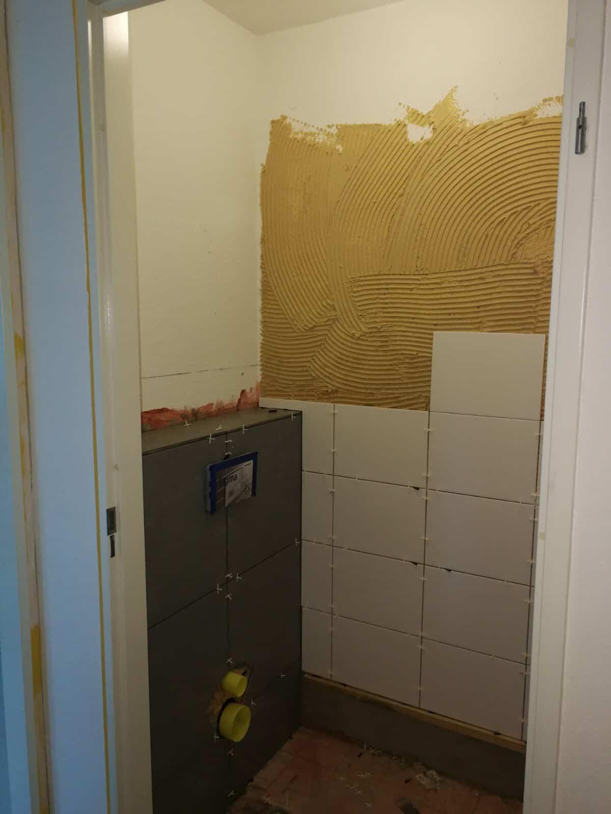 renovatie toilet nieuwe tegels en wandafwerking